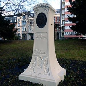 Stèle en hommage à Louis Boumal, au Jardin d'acclimatation du Parc de la Boverie