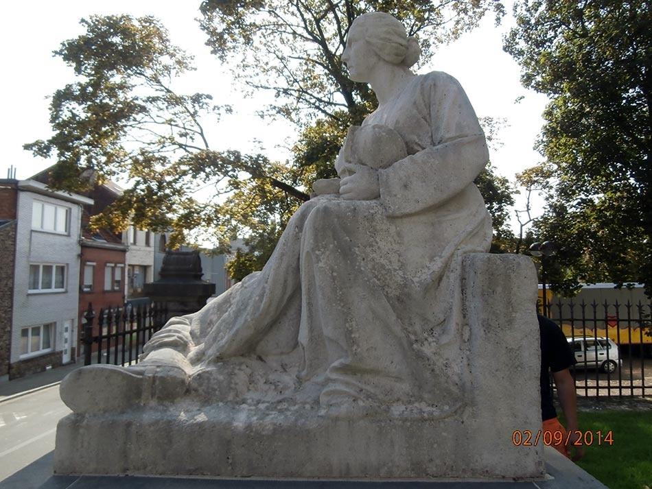 Mémorial aux deux guerres, sur le parvis de l'Église Sainte-Walburge: avant - ©Ville de Liège