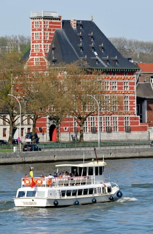 Navette fluviale sur la Meuse face au Grand Curtius